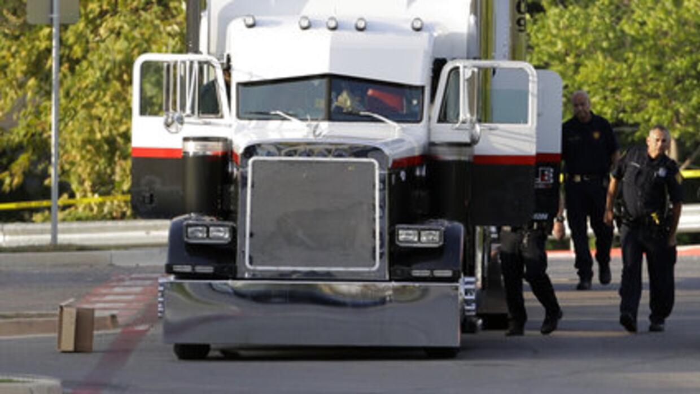 Oficiales de policía de San Antonio investigan la escena en que f...