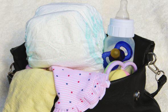 Mantén el bolso del bebé debajo de tu silla, para tener un acceso más có...
