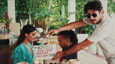 Exclusiva: mira las fotos de Clarissa Molina con Ozuna en el detrás de cámaras de la película 'Qué León'