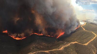 Un incendio llega al lago de Castaic