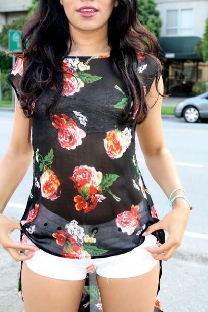 ¡Todo floral!  Los tops con flores son muy populares y apropiados en fes...