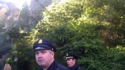 Policías esperan al ladrón atrapado en Telegraph Hill