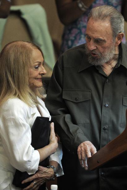 Fidel Castro Ruz habla con Dalia Soto del Valle durante una sesiòn de la...