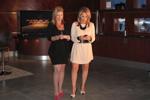 Teresa Rodríguez y María Elena Salinas chequean sus celulares antes de s...
