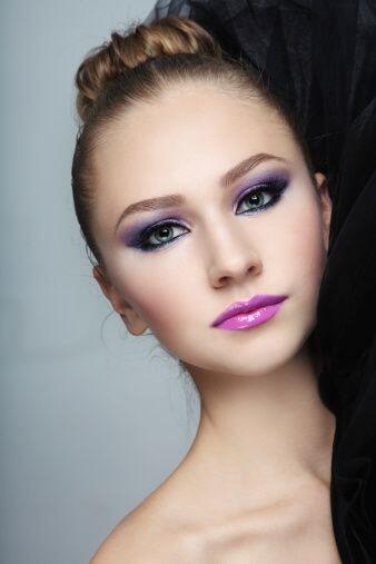 Un maquillaje básico para Navidad será aquel con base 'nude', labios bur...
