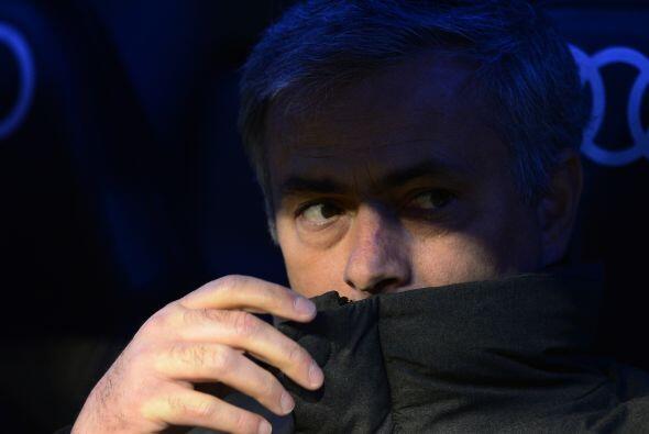 José Mourinho lucía serio en la banca, como si escondiera de la gente y...