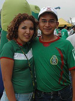 El plan romántico de esta pareja, fue asistir al estadio a ver a la Sele...