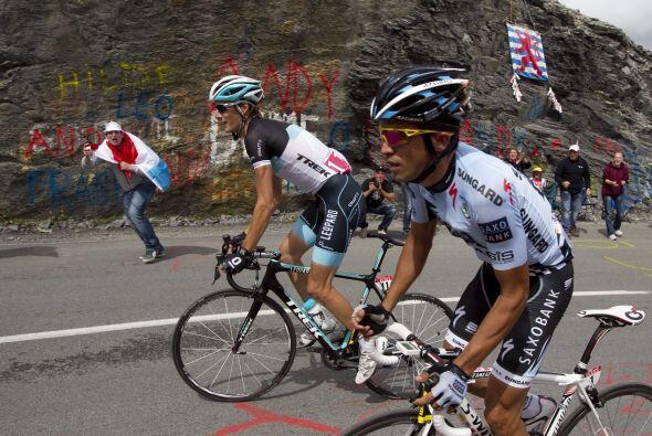 Por su parte, Alberto Contador y Andy Schleck fueron muy juntos durante...