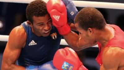 Lazaro Estrada (esquina azul) le ganó en la final a Robson Conceicao (es...