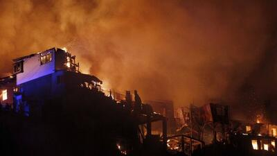 Voraz incendio en la costa central de Chile