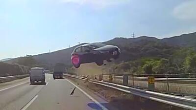 Auto compacto vuela y se estrella de frente con un autobús lleno de pasa...
