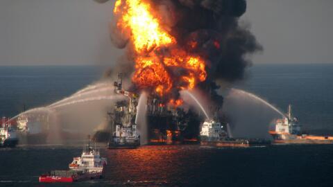 Una foto de abril del 2010, en la que se ve el incendio de la plataforma...