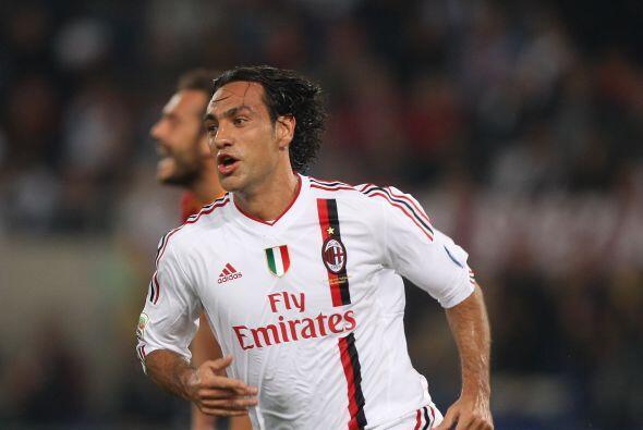 Alessandro Nesta, antes del minuto 30, marcó el 2 a 1 para Milan.
