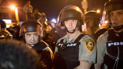 Policías en Ferguson, Missouri, en el aniversario de la muerte de Michae...