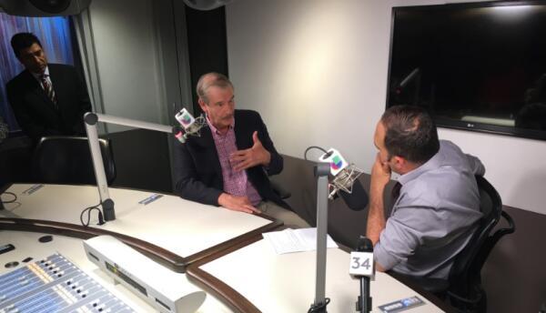 """Vicente Fox durante su entrevista en """"En Boca de León"""" en KTNQ 1020."""