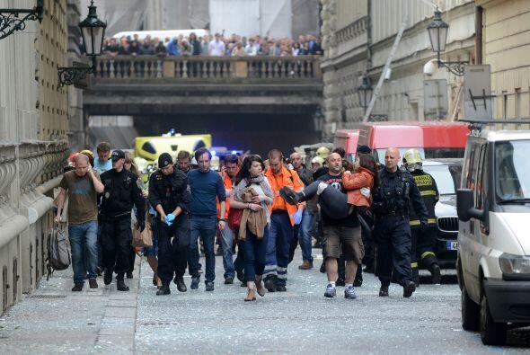 Riadas de gente, presas de la incertidumbre, recorrían a pie la ciudad d...