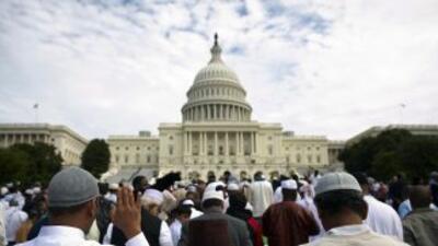 Grupo de musulmanes orando frente al Capitolio.