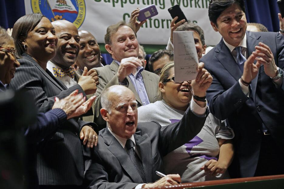 El gobernador de California, Jerry Brown, firma el salario mínimo de $15