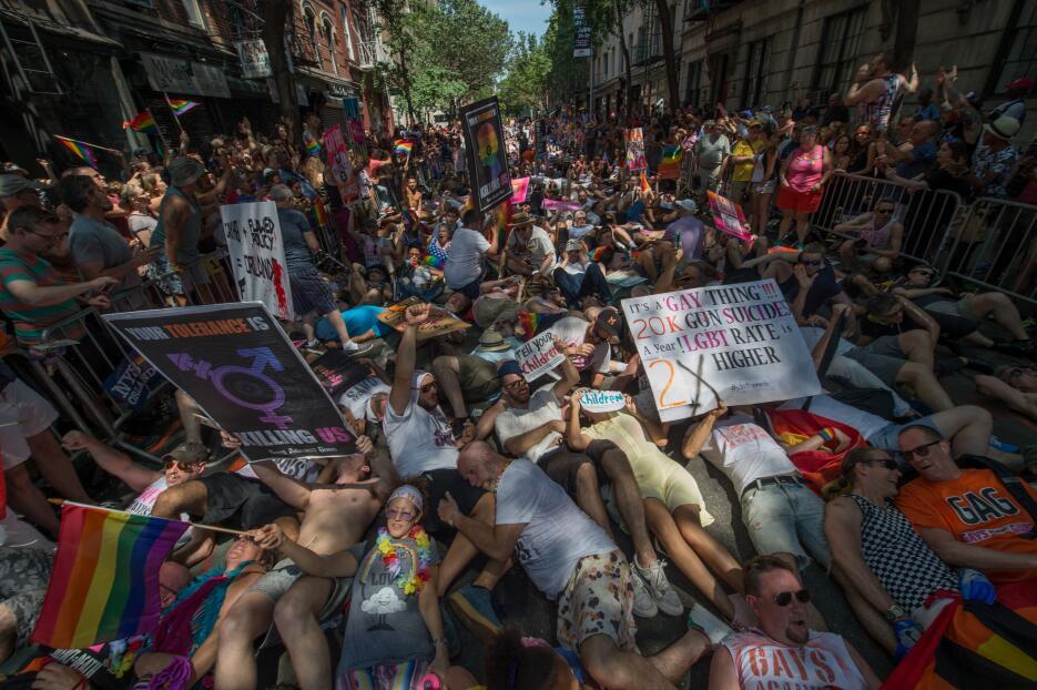 """La organización """"Gays Against Guns"""" impactó con su mensaje."""