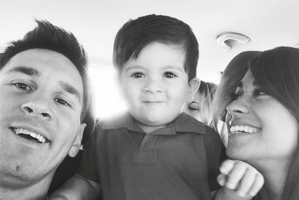 Lionel Messi colocó en Facebook esta imagen junto a su novia Antonella y...