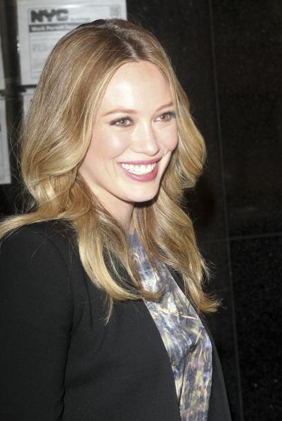 Hilary sabe que mientras menos maquillaje lleves, más joven te ve...
