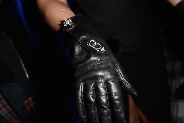 Eso sí, agregó el detalle de los guantes de piel.