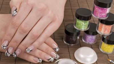 Las uñas acrílicas y de gel son lo último en 'manicure'.