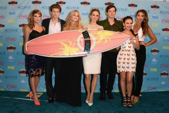 "Los actores de ""Pretty Little Liars"" con su tabla, en la sala de prensa...."