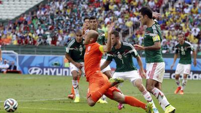 """'Rafa' Márquez hace el gesto """"ni lo toqué' mientras R..."""