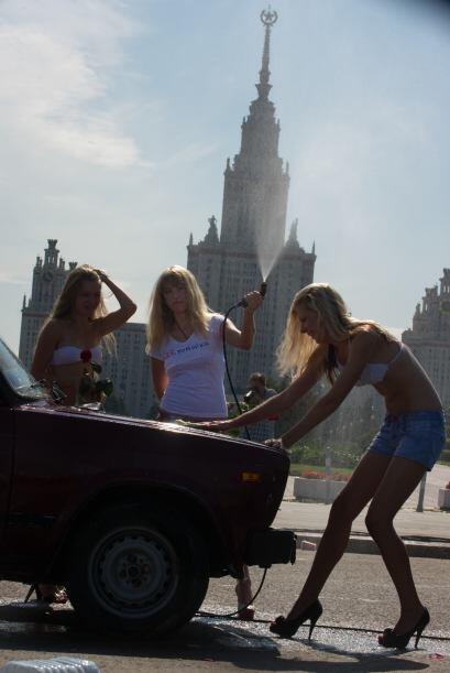 Estas chicas realizaron un 'carwash' con razones políticas