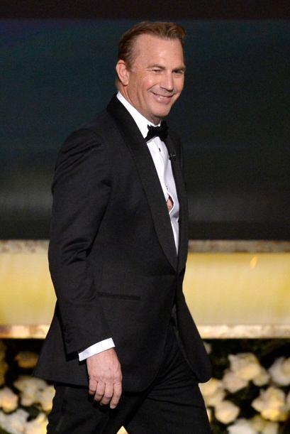 Kevin Costner anunció a los ganadores del Mejor Elenco.