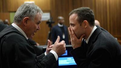 Durante el juicio, Pistorius con su abogado.