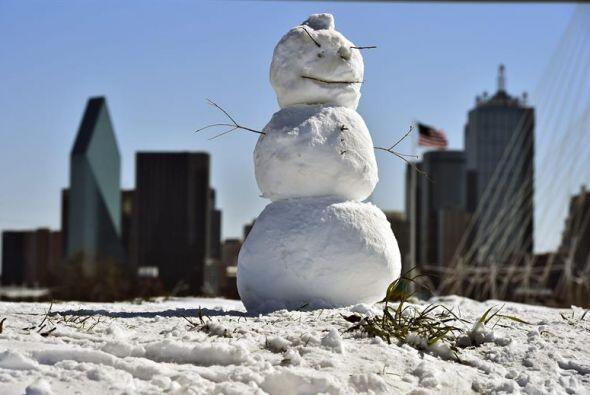 """Vista de un muñeco de nieve con el """"skyline"""" de la ciudad de Dallas al f..."""