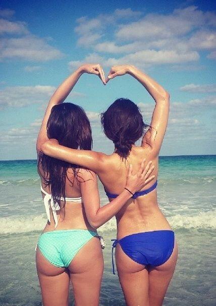 Con su gran amiga Alejandra Espinoza disfrutando de un día de playa.