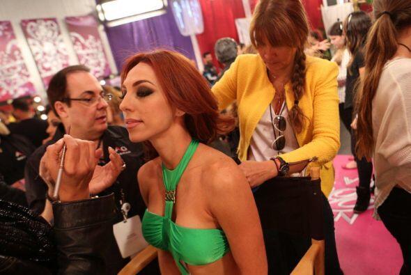 Muy concentrada Prissila y poniendo atención al tipo de maquillaj...