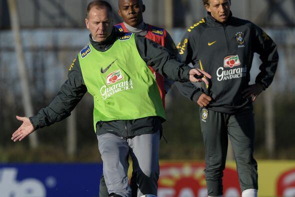 Para Mano Menezes la selección brasileña está en formación y por ello ap...