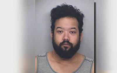 Arrestan a maestro por posible distribución de material pornográfico