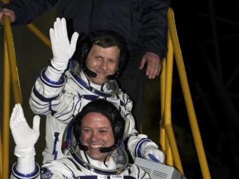 Para los astronautas rusos Samokutiaev y Borisenko es su primer vuelo es...