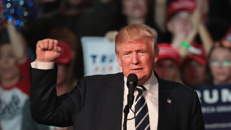 El presidente electo Donald Trump mientras se dirigía a un grupo de segu...