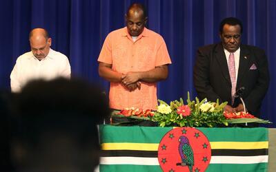El primer ministro de Dominica reza junto a representantes del gobierno...