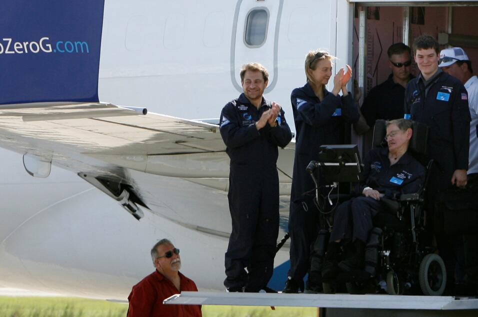 EL director de ZERO-G, Peter Diamandis, de pie al lado de Hawking luego...