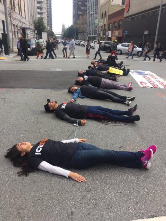 Decenas de personas protestaron frente a las oficinas del ICE en contra...