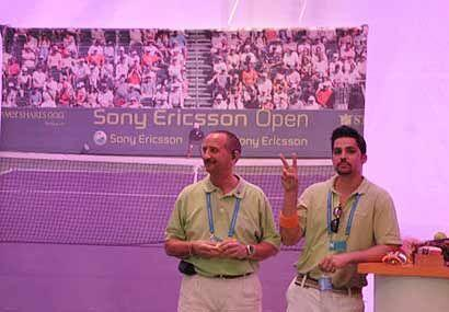 Mientras los mejores tenistas del mundo compiten entre sí, fuera...