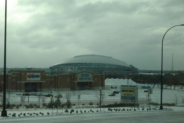 A las afueras del Cowboys Stadium la intensa nevada no impidió la realiz...
