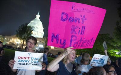Manifestantes a favor de mantener Obamacare esperaban el resultado de la...
