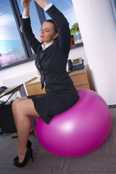 Mantén la posición unos 30 segundos. Luego, repite el ejercicio con el o...