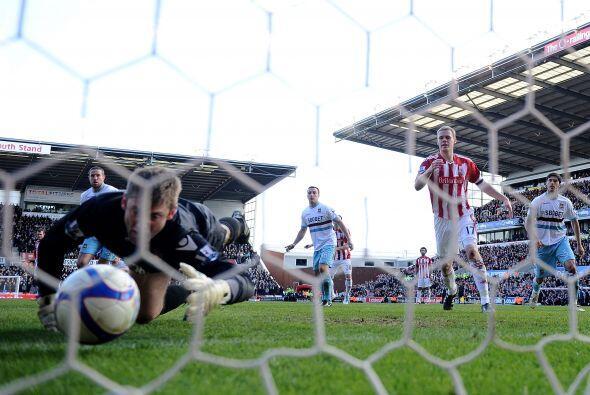 Pero el Stoke aseguró el triunfo en el segundo tiempo con un grave error...