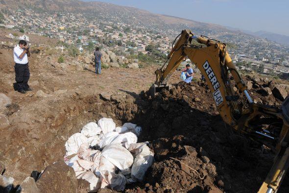 Los restos fueron  introducidos en bolsas blancas en la sede de Medicina...