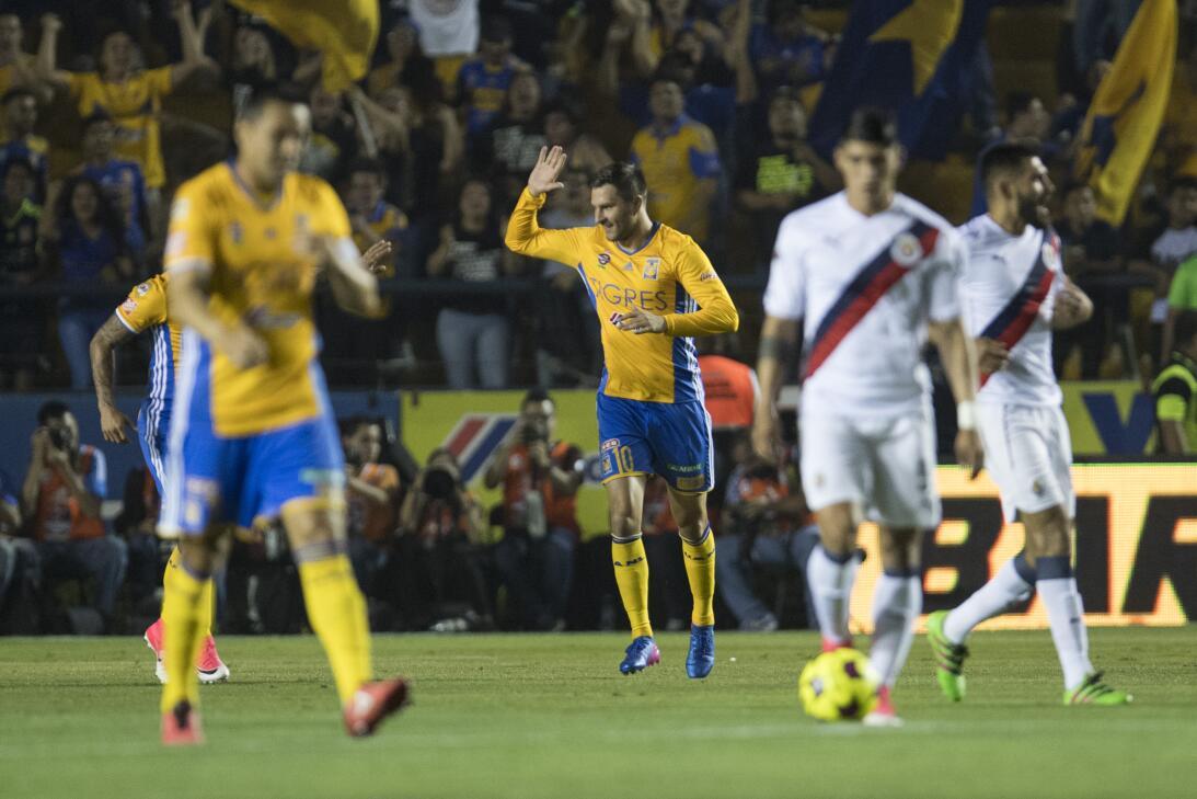 Tigres golea a Chivas y los baja de la nube. Andre-Pierre Gignac celebra...