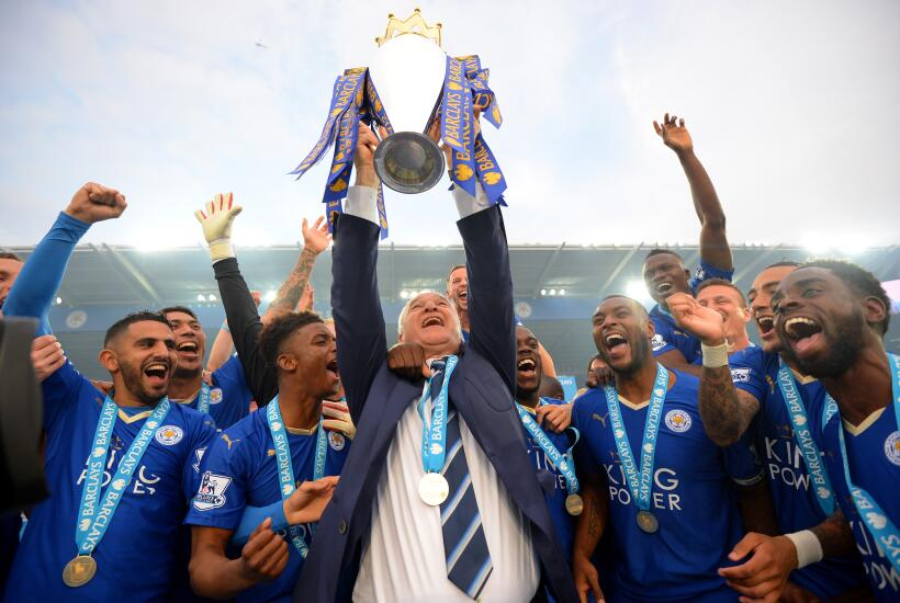 Leicester City levantando el titulo de la Premier League